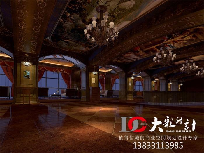 装饰元素:古典欧式灯具,桌椅,壁画,壁炉,地毯,落地窗,窗帘,挑高空间