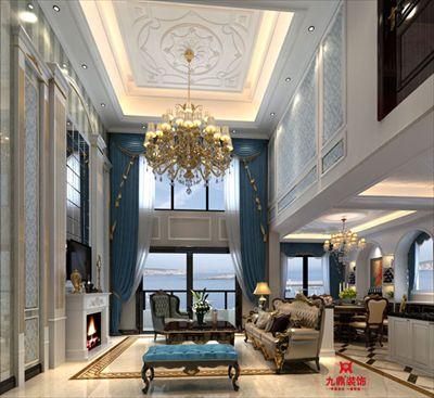 湖水的蓝与墙面的蓝色浑然一体,电视背景上法式的雕花,描金的收口线图片