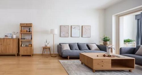 虽然整体看起来非常简单,但是灰色的沙发,搭配了背后木质的背景墙