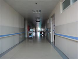 安装在医院走廊两端的防撞搀扶扶手