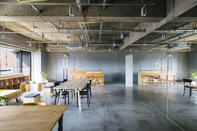 開放式空間簡約布局的辦公室裝修設計圖