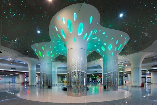 """5米高的镂空花纹支撑柱,在异形灯罩的点缀下,营造出""""发光树""""的炫目"""